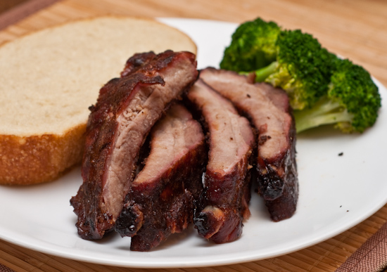 Baby back ribs with broccoli and bread